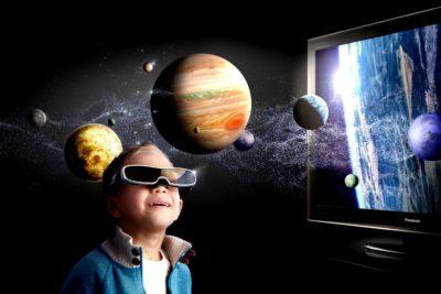 Хлопчик в окулярах і планети