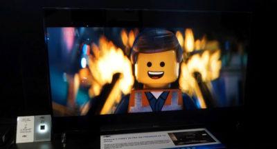 Телевизор и Лего-человечек на экране