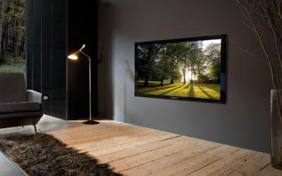 Телевизор, установленный на стене