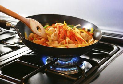 На плите сковорода с едой