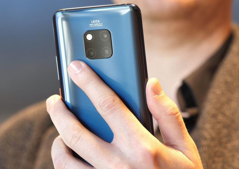 Huawei-новинки смартфон в руках