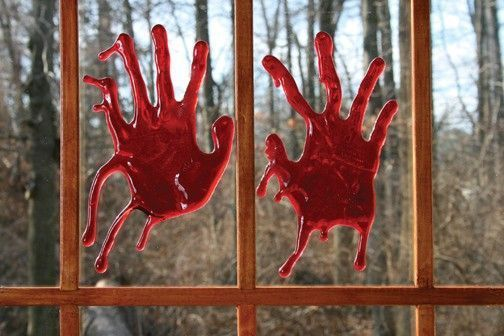 Кровавые отпечатки на окне-фото