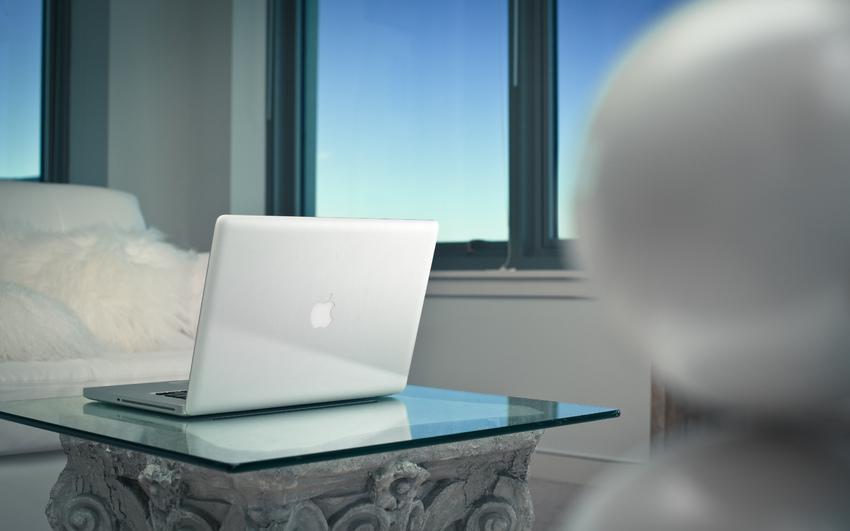 Офис, игры, сложные программы обзор ноутбуков, которые потянут все - ноутбук на стеклянном столе