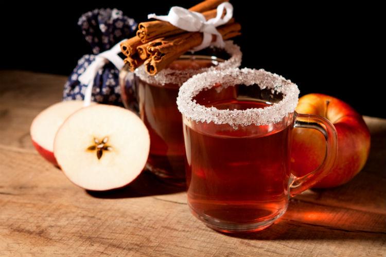 Пряный яблочный глинтвейн-подача