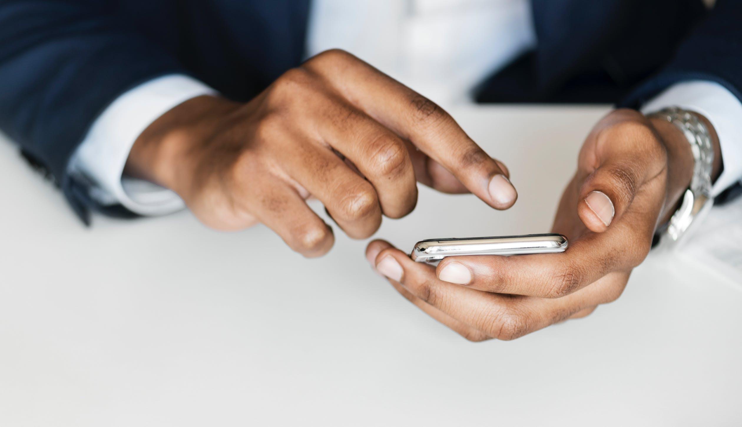 Смартфоны, которые мы сможем купить осенью 2018 - смартфон в руке
