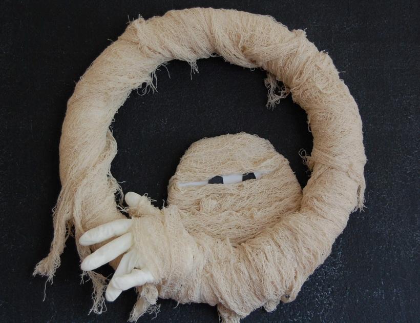 Венок на двери-мумия