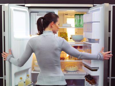 Вместительный холодильник с широкими полками