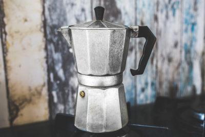 гейзерная кофеварка на плите