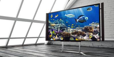 Великий телевізор на мансарді