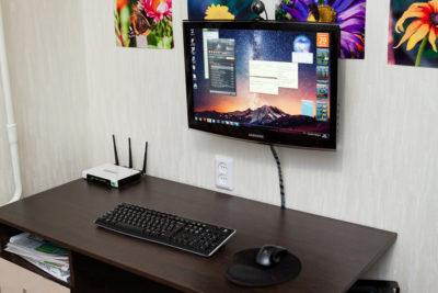 i-home (настінний монітор в домашній обстановці)