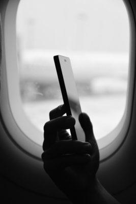 смартфон у окна