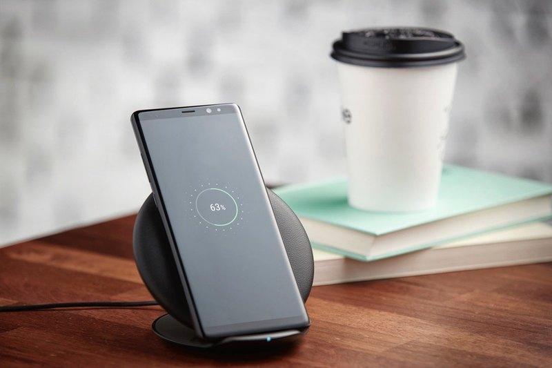9 вещей, которые делают Samsung galaxy note 9 особенным - смартфон на беспроводной зарядке