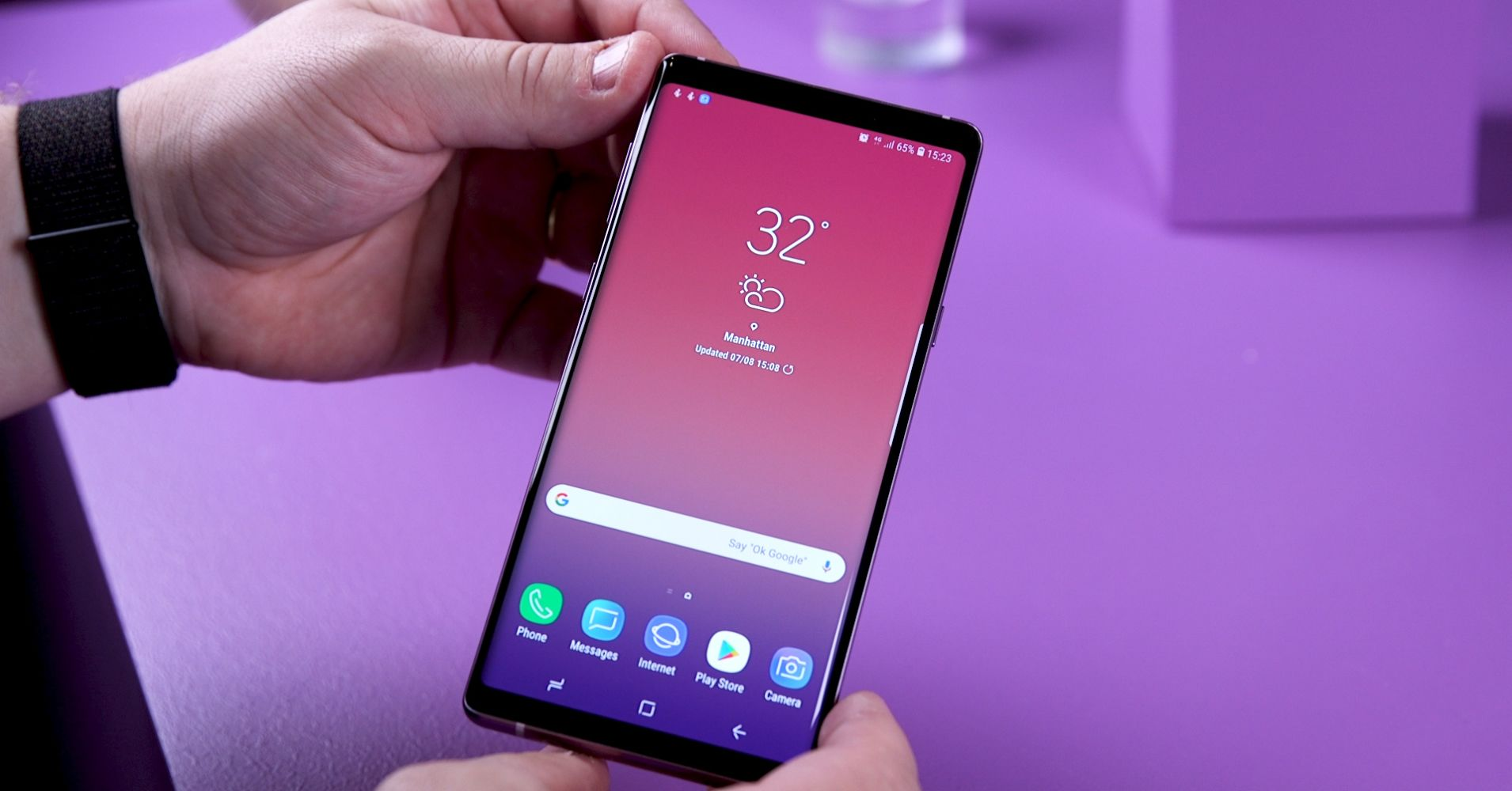 9 вещей, которые делают Samsung galaxy note 9 особенным - смартфон в руке