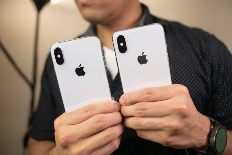 Apple iPhone XS против Apple iPhone X - два айфона в руках