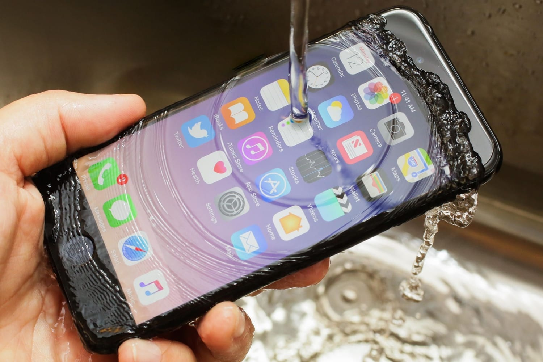 Какая разница между IP67 и IP68 - iPhone под струёй воды