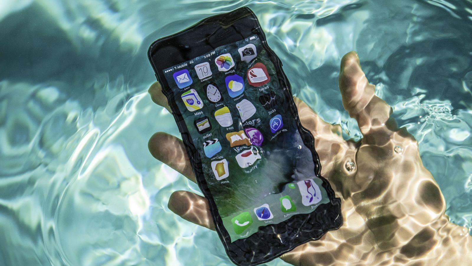 Какая разница между IP67 и IP68 - смартфоны в бассейне