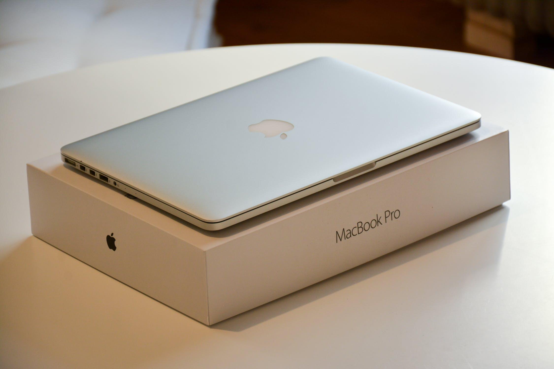 Обзор нового Apple MacBook Pro 15 2018 - Макбук на коробке