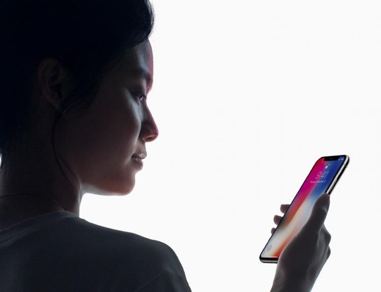 Разблокировка смартфона по лицу. Как это работает - девушка смотрит на смартфон