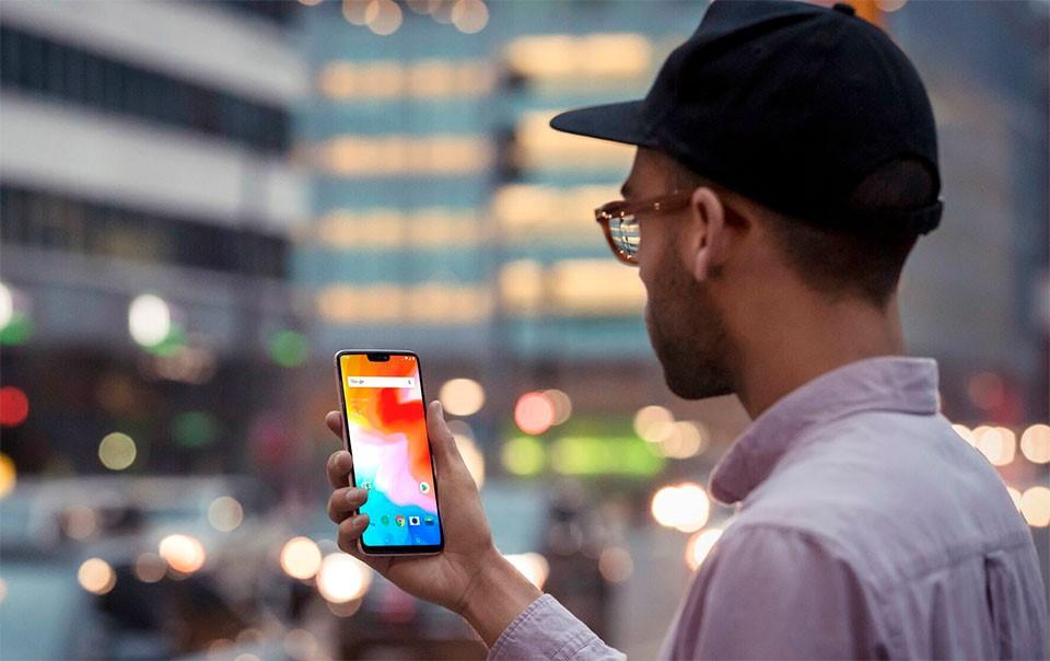 Разблокировка смартфона по лицу. Как это работает - смартфон в руке