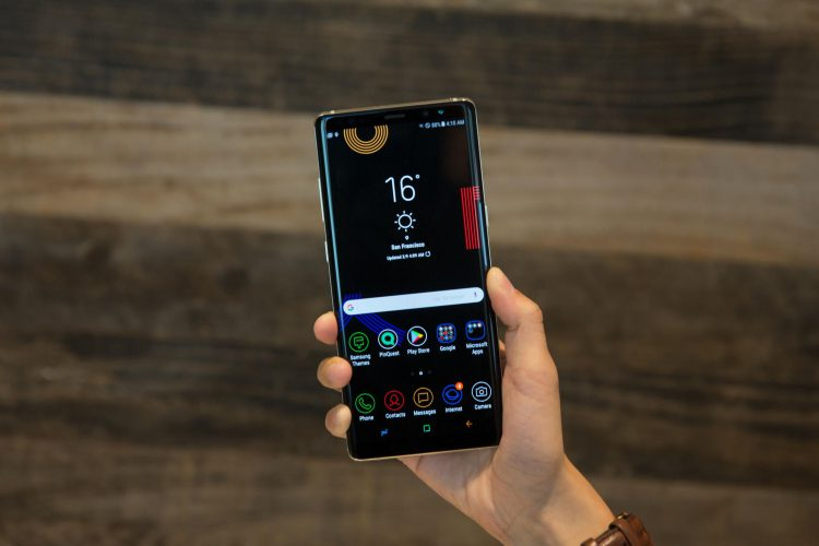 Сравниваем Samsung Galaxy Note 9 с Galaxy Note 8 - смартфон в руке
