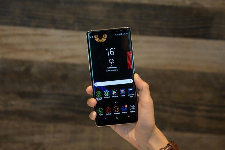 Сравниваем Samsung Galaxy Note 9 с Galaxy Note 8 - смартфон в руке