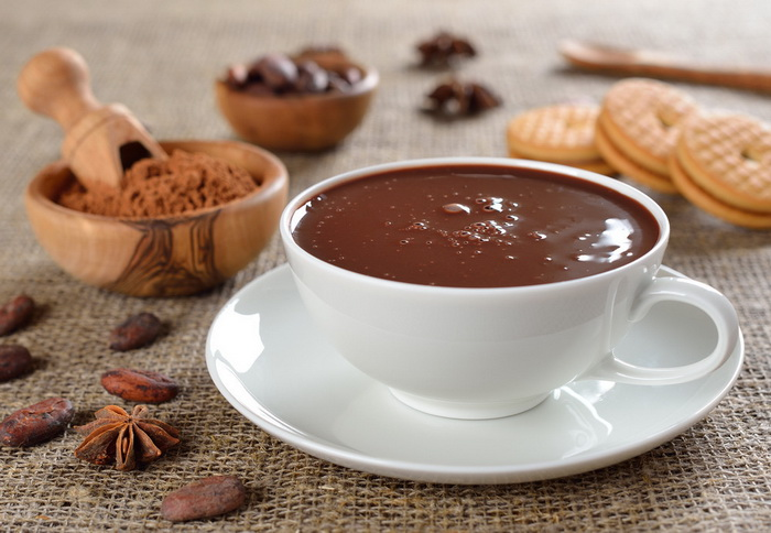 Домашний горячий шоколад-подача