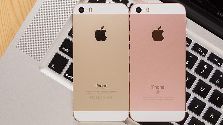 Как iOS 12 заставляет мой iPhone SE снова чувствовать себя молодым - iPhone SE на клавиатуре