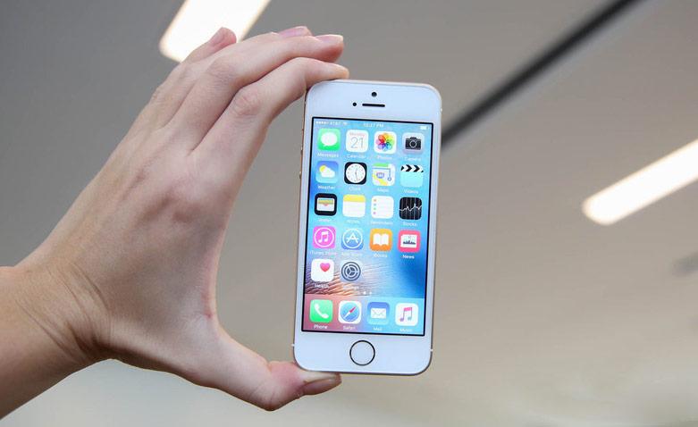 Как iOS 12 заставляет мой iPhone SE снова чувствовать себя молодым - iPhone SE в руке