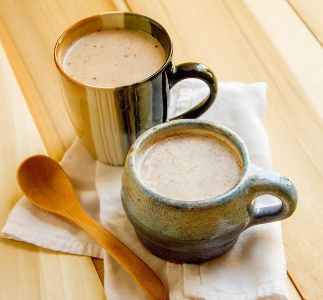Молочный чай с корицей и имбирем-подача
