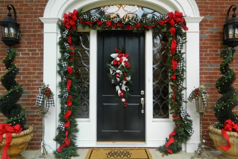 Новый год у двери-декор