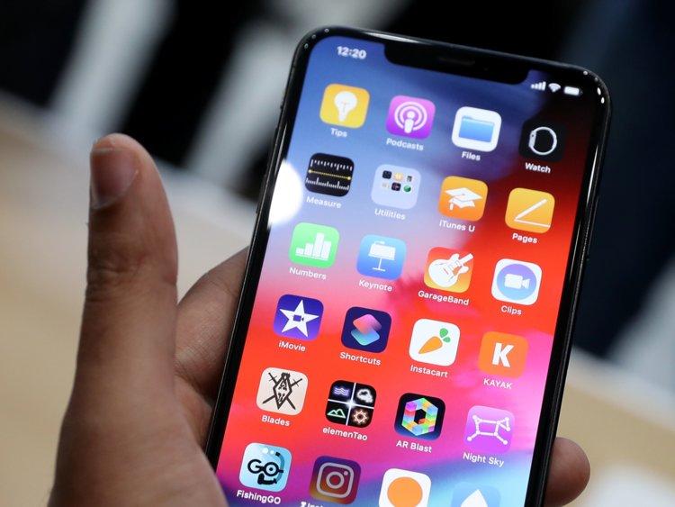 Обзор iOS 12_какая она сейчас и что ожидать в дальнейшем - айфон в руке