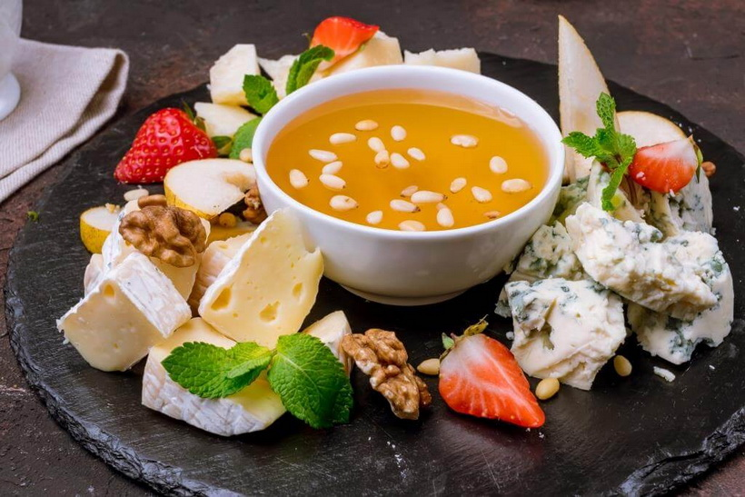Сыр с фруктами-подача
