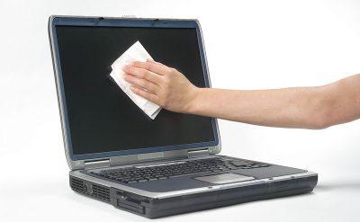 Очистка экрана ноутбука сухими салфетками