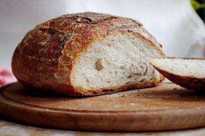 Хлеб с отрезанной горбушкой на доске
