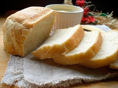 Нарезанный белый хлеб на тряпице