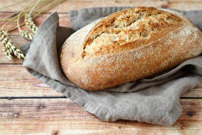 Хлеб на тряпице с колосками пшеницы