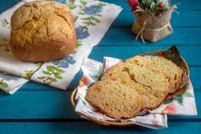Буханка хлеба на тряпице и ломтики в корзинке