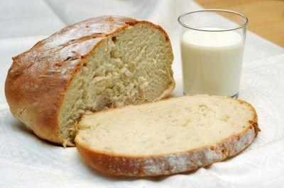 Хлеб и стакан молока