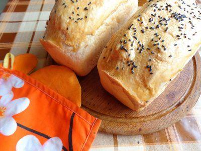 Дві буханки хліба на дерев'яній дошці