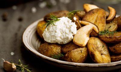 Картошка с грибочком и соусом в тарелке
