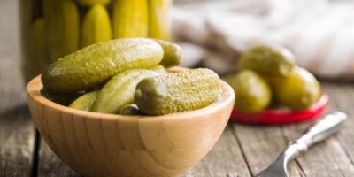 Солоні огіркові плоди в мисці