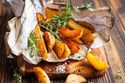 Часточки картоплі та розмарин