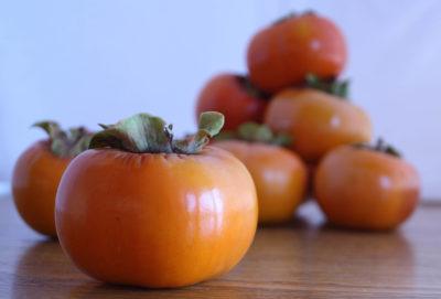 Складені на столі плоди хурми