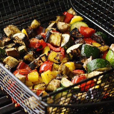 Праздничный вегетарианский салат из овощей гриль