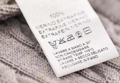 Перед тем, как постирать пуховик в стиральной машине, нужно проверить бирку