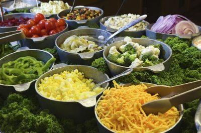 Маленькі гості можуть самі приготувати салати на дитячому дні народження