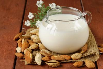 Мигдалеве молоко для домашнього йогурту