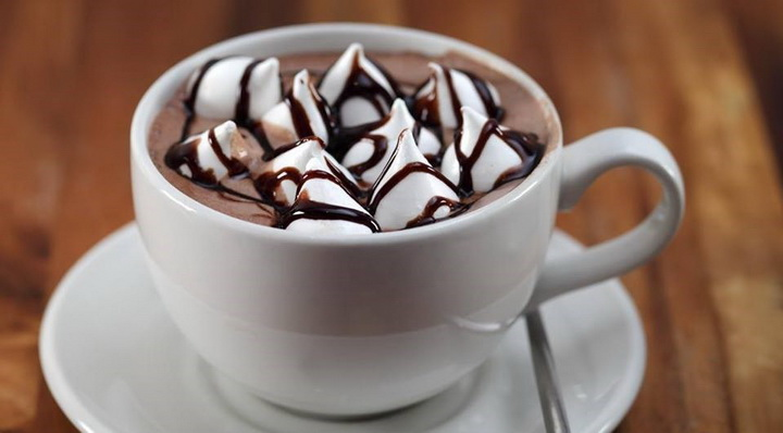 Горячий шоколад с маршмеллоу-подача