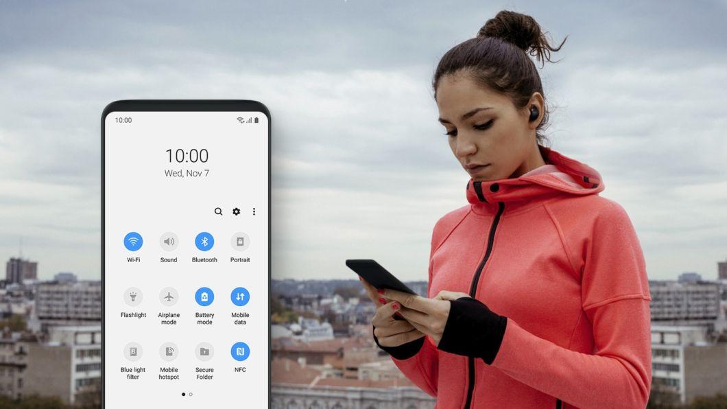 One UI от Samsung. Обзор новой оболочки для смартфонов - девушка со смартфоном
