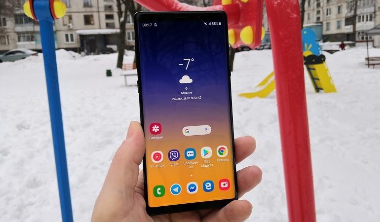 One UI от Samsung. Обзор новой оболочки для смартфонов - смартфон в руке